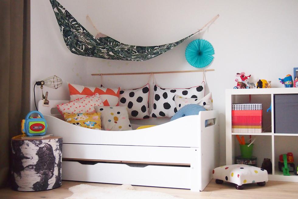 kinderzimmer einrichten und dekorieren ein kinderbett wird zum kissenparadies the. Black Bedroom Furniture Sets. Home Design Ideas
