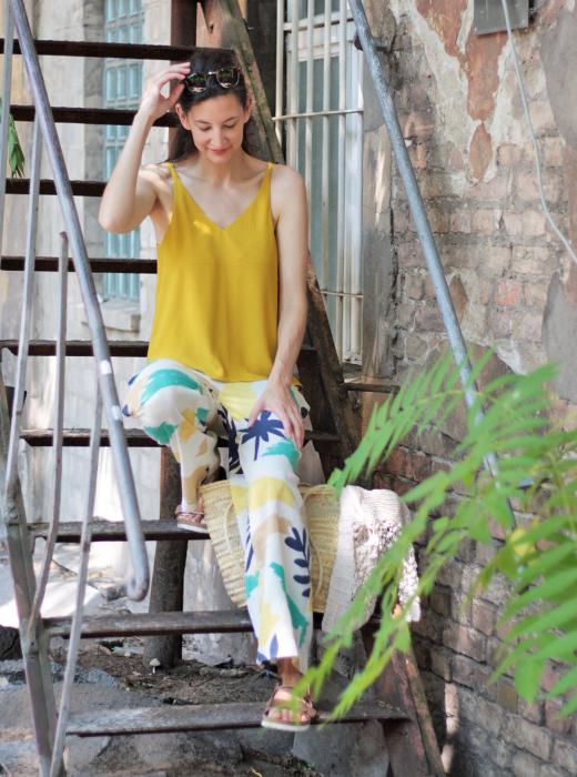 Summer Sale - Styling und Outfit mit Seidentop in Senfgelb und weiter Hose mit Palmenprint