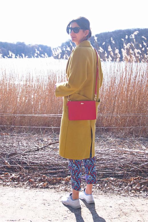 Mantel in Senfgelb von Mango und Tasche in Rot von Lacoste online bestellen, Styling, Bloggeroutfit