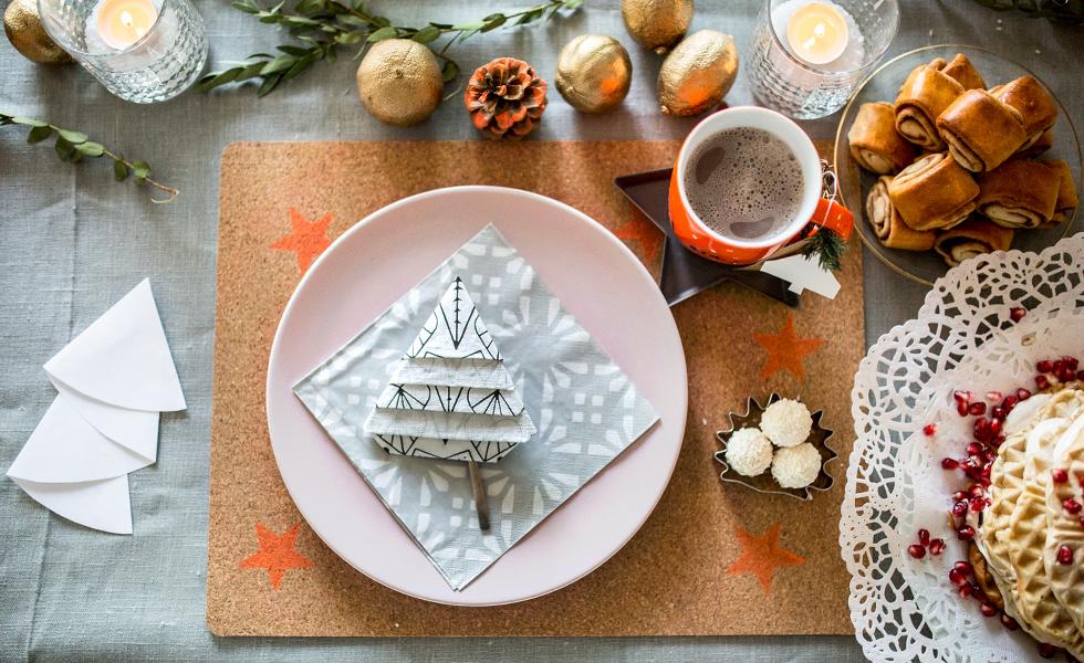 Tischdekoration in Orange und Rosa für Weihnachten und den Wintertisch