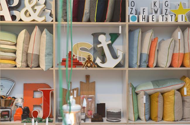Freundts Shop in Berlin-Neukölln mit Vintage Buchstaben, Wanddekoration und Wohnaccessoires