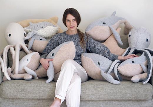 Designerin Dana Muskat mit Big Stuffed Plüschtieren, Walen und Oktopus
