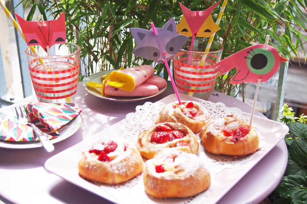 Dekoration und Rezepte für ein Mittsommerfest für Kinder mit Erdbeer-Puddingschnecken und selbst gemachtem Erdbeer-Joghurt-Eis