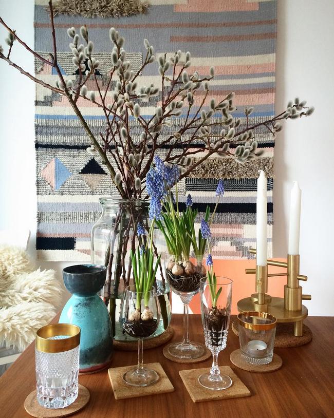 Dekoration mit Osterhasen und Tischdekoration mit Gläsern und Blumenzwiebeln - Blumen für Ostern und den Frühling
