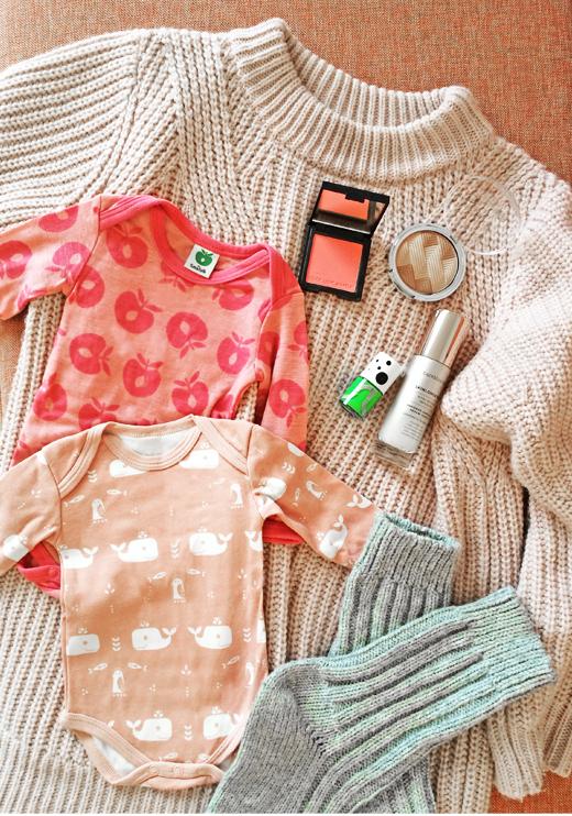 Strickpullover in Rosa von Edited, Babybody in Rosa von Smafolk und Nagellack in Greenery Grün