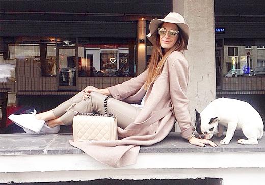 Ein typisches Lena Terlutter Styling mit Skinny Lederhose, XXL-Mantel, Hut und weißen Sneakers, Outfit, Bloggerin, Outfitpost, Instagram, Modetrend