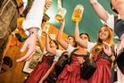 Dirndl und Lederhosen mit Maß Bier
