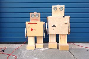 Rijkswachter, Roboter aus Holz, Kisten aus dem Museum, Lampe, Dekoration,
