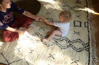 Julia Schauenburg-Kacem von berberlin mit Teppichen aus Tunesien und Marokko - Kelims, Beniourain, Azilal und Boucherouite