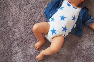 Baumwoll Musselin Body mit Sternen von aden + anais