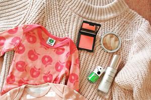 Empfehlungen - Strickpullover in Rosa von Edited, Babybody in Rosa von Smafolk, Glow Beauty und Nagellack in Greenery Grün