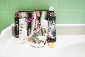 Kulturbeutel und Kosmetiktasche mit Make up und Kosmetik für Bad und Reise