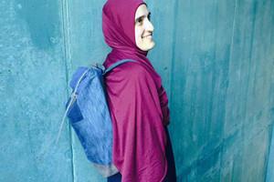 Bridge&Tunnel, ein Hilfsprojekt aus Hamburg für Flüchtlinge und Migranten, die Taschen aus Second Hand Jeansin einem Atelier herstellen