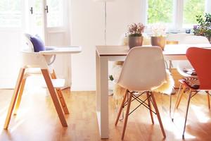 Stokke Steps Kinderstuhl in Weiß und Eames Chair online bestellen