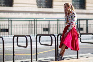 Streetstyle paris - roter roick mit Bluse mit Vogel-Print