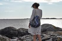 Tasche mit Ethno Muster in Blau von Shweth im Styling mit Spitzenkleid von Edited The Label