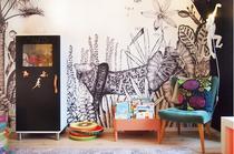 Einrichtung Kinderzimmer mit Ideen und Tipps zu Dekoration, Tapete mit Urwald und Tieren, The Wild von bien Fait, Schrank, Tafellack, Tafelfarbe