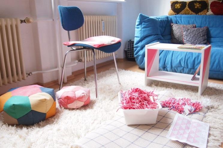Schlafzimmer von Kasia Ehrhardt mit Sofa Ligne Rosé in Blau und Pouf zum Selbermachen
