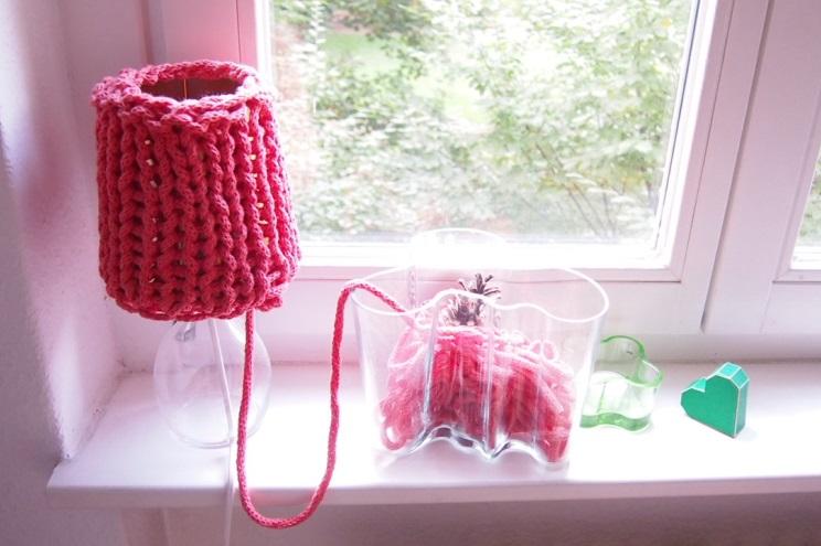 Lampenschirm in Rosa aus Strick mit Strickliesel zum Selbermachen