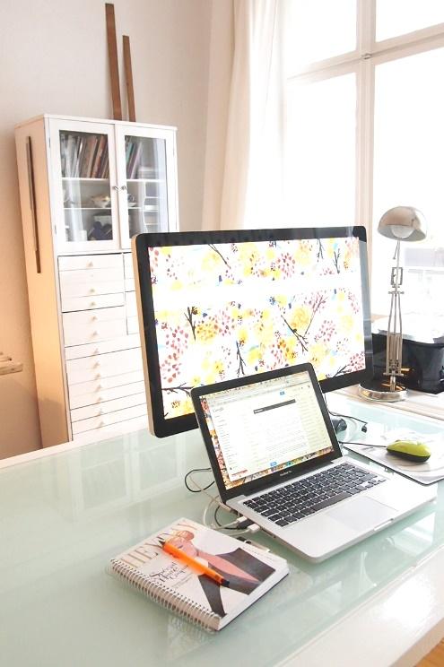 Start up und Gründerinnen Arbeitsplatz mit Mac in Berlin