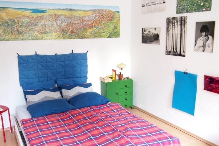 Schlafzimmer Einrichtung mit Quiltdecke in Blau und Landkarte
