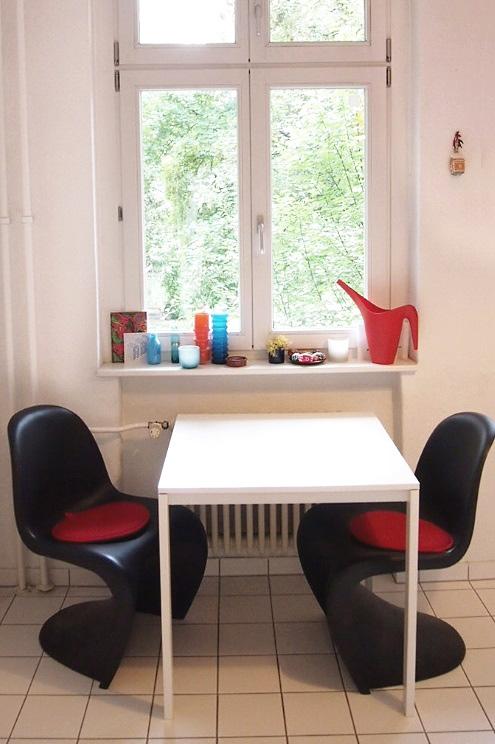 Inneneinrichtung und Design Küche mit Vitra Panton Chair in Schwarz