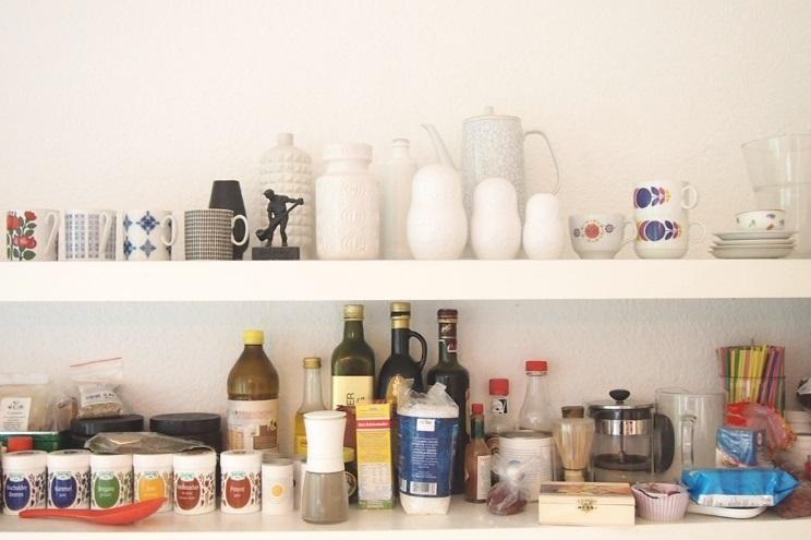 Dekoration und Inneneinrichtung von Küche mit Gewürzregal