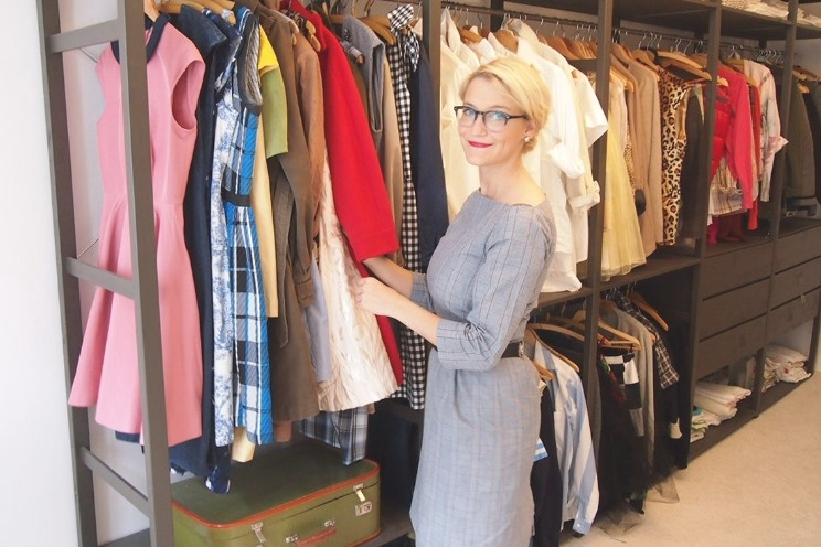 Begehbarer Kleiderschrank mit Vintage Kleider und Wohnung von Thea Neubauer