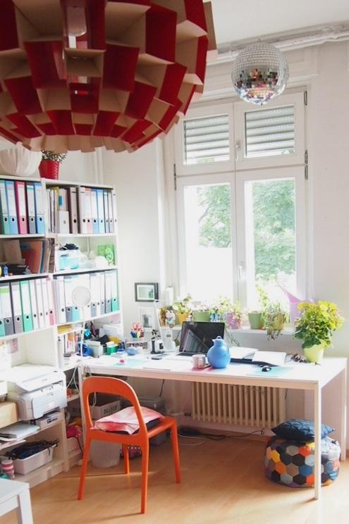 Arbeitsplatz und Atelier von Designerin Kasia Ehrhardt mit Lampe zum selbermachen