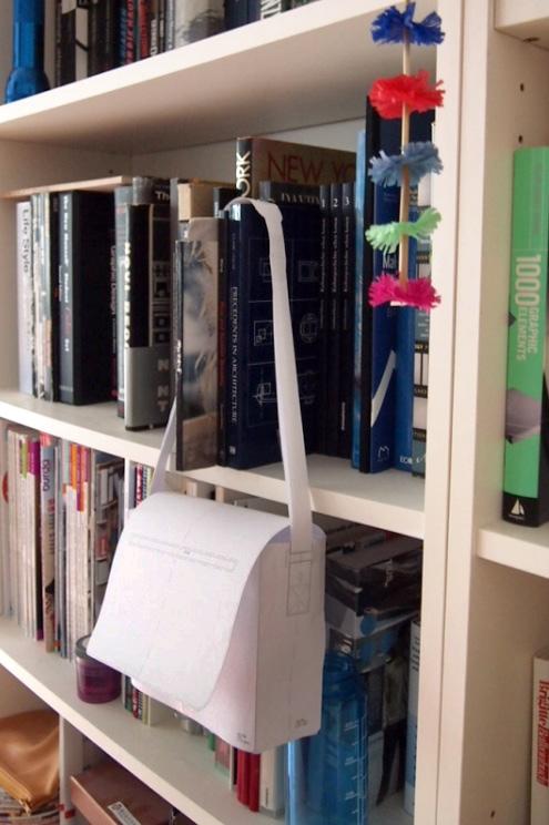 Bücherregal mit Tascheund Entwurf von KSIA BERLIN und Prototyp