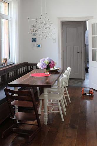 Esstisch in der Küche mit Stühlen, Inneneinrichtung Küche
