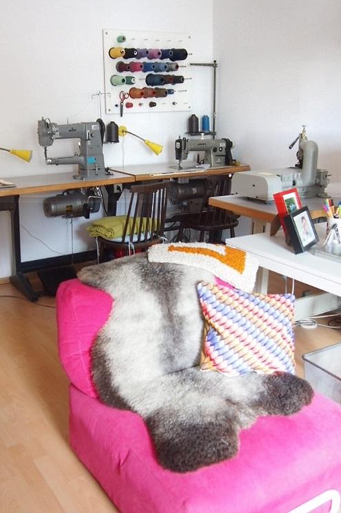 Arbeitsplatz mit Nähmaschine von Taschen Designerin Kasia Ehrhardt von KSIA BERLIN