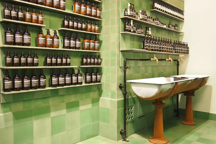 Interior design mit grünen Kacheln bei Aesop Berlin, Architektur, Apotheker, Flakons