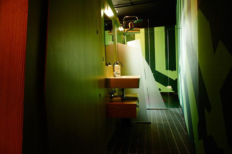 Designkonzept komplett in Grün - Badezimmer im Volkshotel