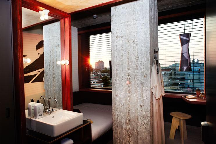 Das Volkshotel verbindet kühle Betonwände mit warmen Stilelementen
