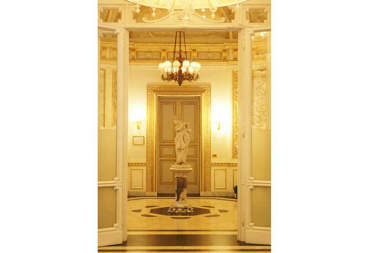 Foyer im Hotel Villa Cora Florenz, Gold, Statue
