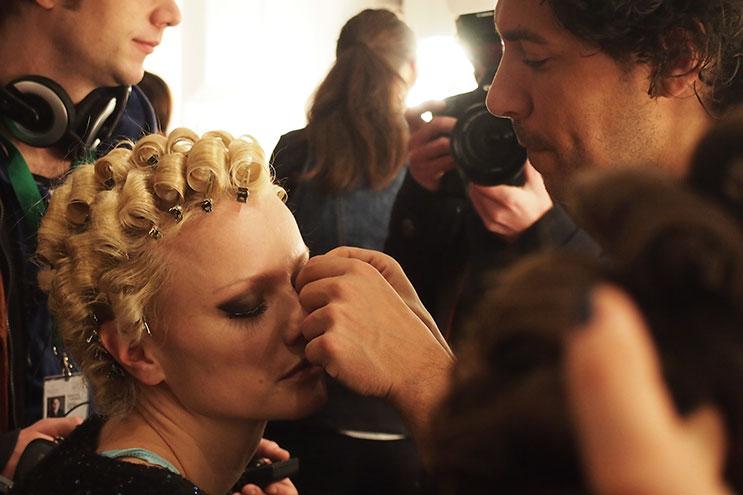 Boris Entrup schminckt Franziska Knuppe