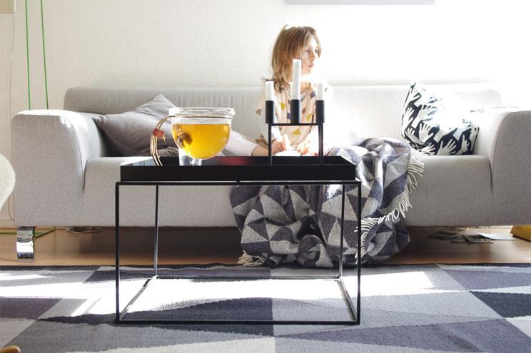Sofa in Grau, Skandinavisches Design und Couchtisch von Hay