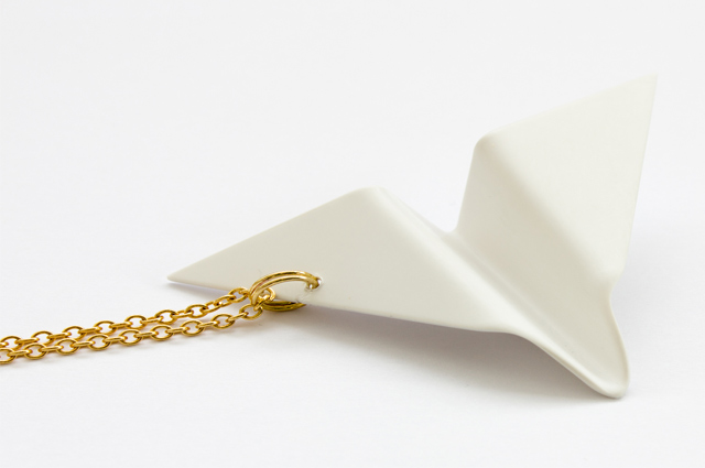 Schmucklabel NORA mit Origami Papierflieger Kette aus Polystyrol, Papierschiffchen Origami, Schmuck