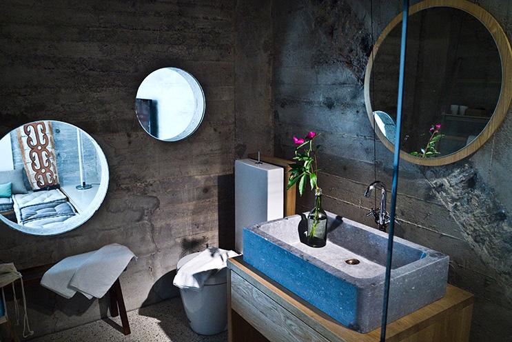 Modernes Badezimmer mit Betonwand im Speicher7