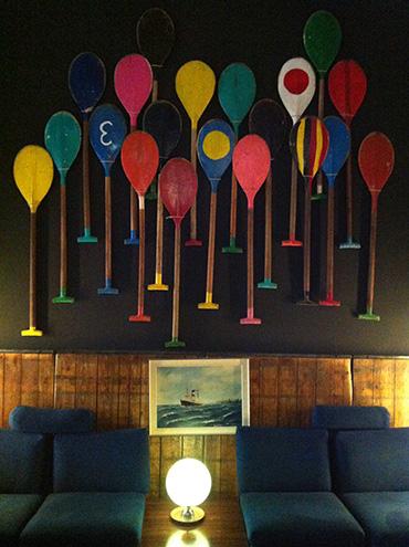 Bunte paddel als Wandbild in der Speicher7 Lobby