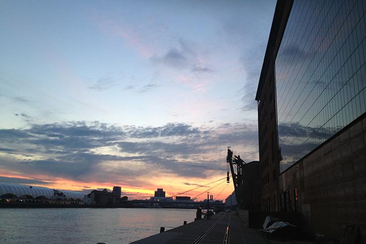 Der Vorratsspeicher des Speicher7 bei Sonnenuntergang