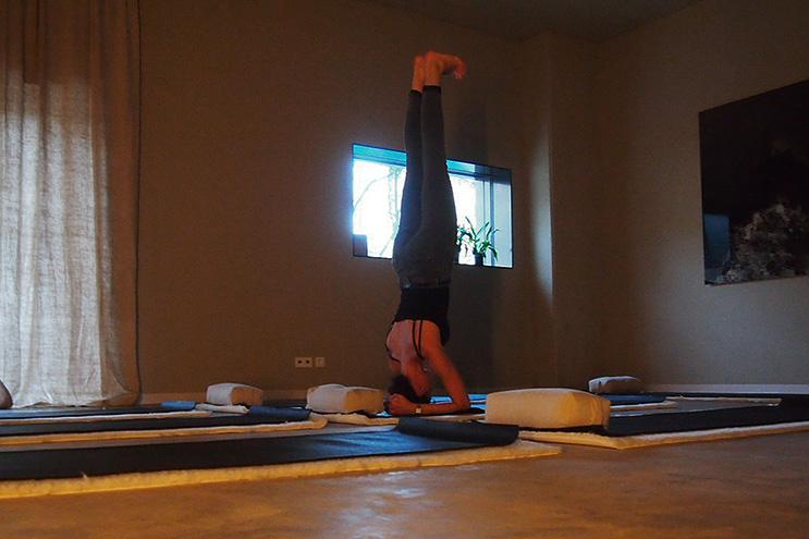 Kopfstand im Yogaraum des Speicher7