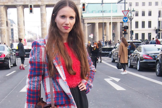 Streetstyle Bloggerin von Boblist in Karomantel Berlin Fashion Week