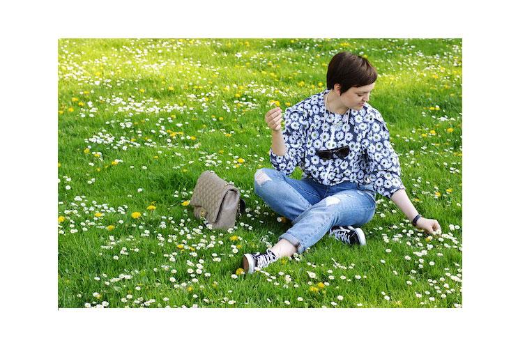 Bloggerin vreni Frost im Outfit of the Day mit Blumen-Print auf Blumenwiese