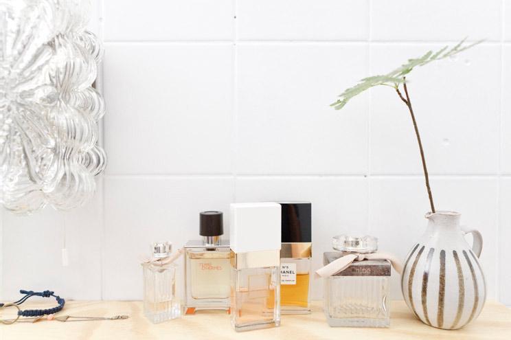 Dekoration im Bad mit Parfüm Flakons
