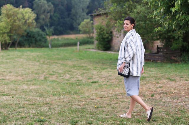 Styling und Outfit mit Pencil Skirt aus Jersey in Grau, Oversize Jacke von Esprit und Birkenstock Arizona in Perlmutt, online bestellen