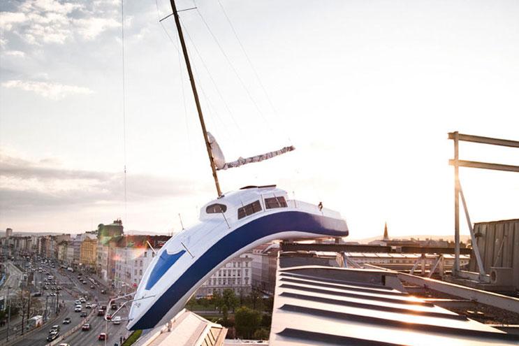 Daniel Hotel in Wien mit Segelboot von Erwin Wurm
