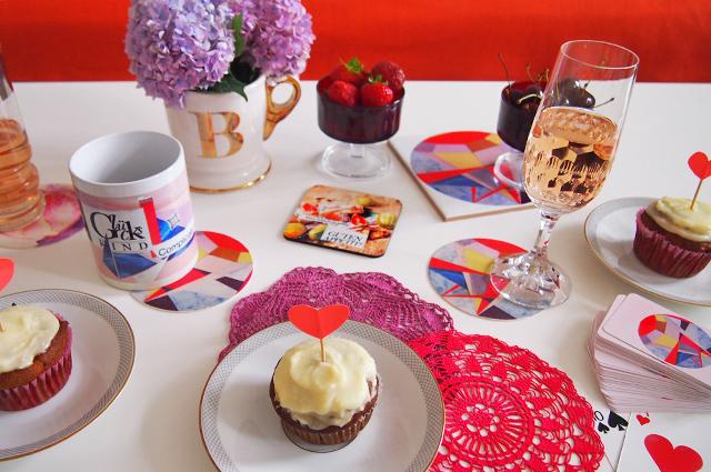 Tischdekoration für den Kaffeetisch mit eigenen Bierdeckeln, Glasuntersetzern, Fotofliesen und Tassen, foto drucken, Prentu