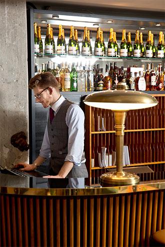 Hotel Henri Hamburg Rezeption, Einrichtung im 50er Jahre Stil